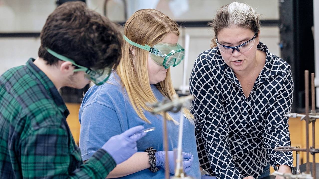 Dr. Sharon Hamilton works with Ouachita chemistry students